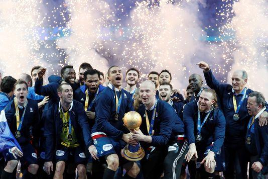 5071045_6_74d2_les-handballeurs-francais-et-le-trophee_ed7a1ee9390ab04718133af37cef90cd